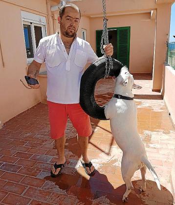 Antonio Pericás, junto a su perra 'Blanca'.
