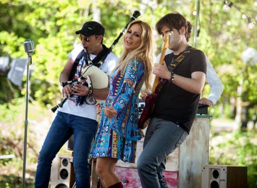 La cantante Marta Sánchez junto al guitarrista y compositor Daniel Minimalia (d) y el gaitero Anxo Lorenzo (i), durante la grabación del vídeo-clip oficial de la Vuelta Ciclista a España 2016, este lunes en Cenlle (Ourense).