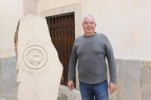Miquel Ferrer, junto a una de sus esculturas de piedra de Santanyí.