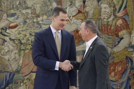El Rey saluda a Joan Baldoví, antes de la reunión.