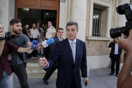 El expresident de Balears con el Partido Popular, a su salida del juzgado tras declarar ante el juez Castro por el caso Palma Arena.