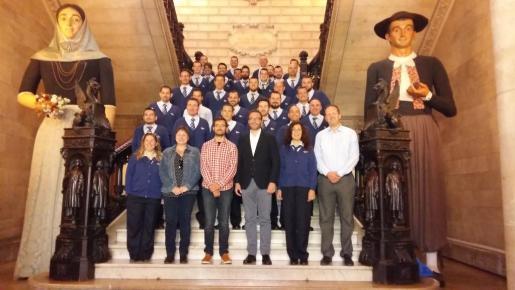 El alcalde de Palma, José Hila, ha recibida este martes a los nuevos conductores de la EMT.