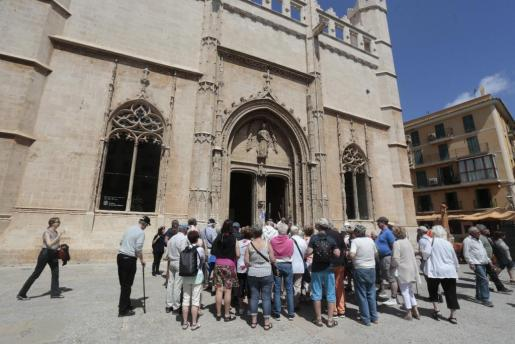 Turistas esperando para entrar en La Llotja de Palma, abierta al público sin exposiciones.