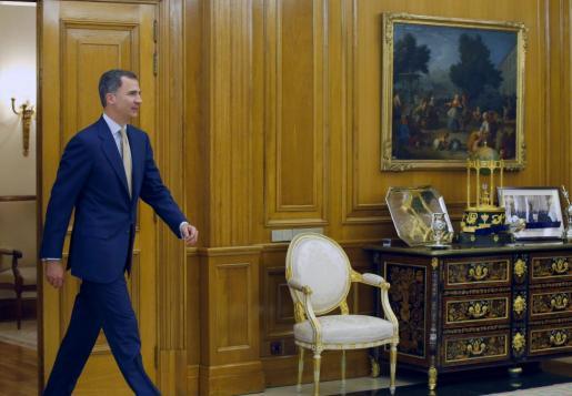 El rey Felipe VI, a su llegada a la recepción con el presidente del Congreso de los Diputados, Patxi López.