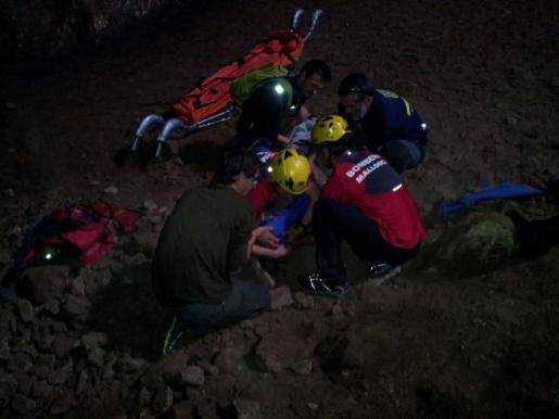 Un momento del rescate de en la cueva de Santa Maria.