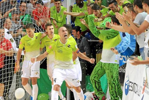 Los jugadores del Palma Futsal celebran un gol ante sus aficionados en el Palau de Son Moix.