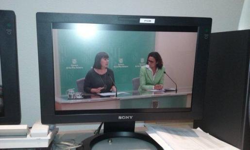 Imagen de la rueda de prensa de Armengol y Cladera, vista a través de una pantalla de ordenador.