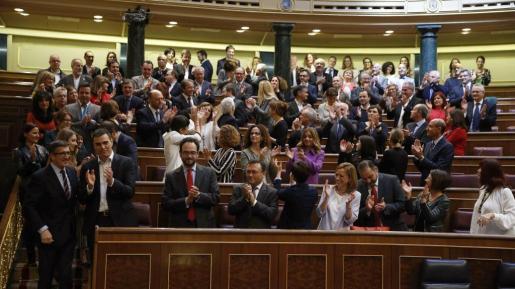 El presidente del Congreso, Patxi López (i), junto a los diputados del Grupo Socialista que aplauden en sus escaños al finalizar este jueves en la Cámara el último pleno de la XI Legislatura, que se verá agotada a los cuatro meses de su inicio por falta de acuerdo político para investir a un presidente del Gobierno.