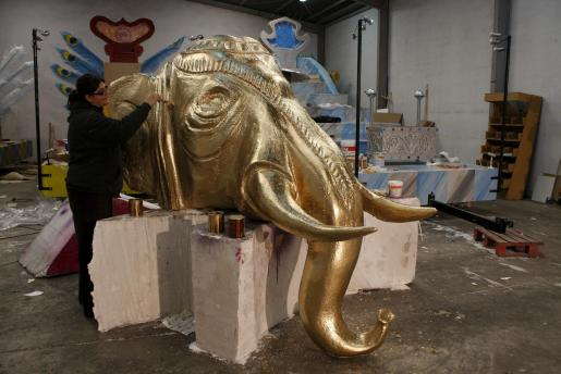 Se retocan los elementos que formarán parte de las carrozas de la cabalgata de los Reyes Magos.