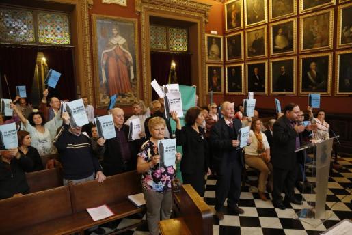 Un grupo de ciudadanos protesta en Cort ante la intención del equipo de gobierno de derrobar el monolito de sa Feixina.