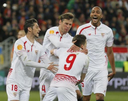Kevin Gameiro (c) de Sevilla celebra su gol ante Shakhtar Donetsk.