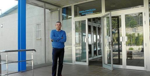 Antoni Cánovas, portavoz de On Son Servera, frente a las instalaciones del Poliesportiu Es Pinaró.