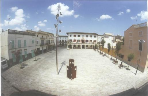 Plaza con el edificio municipal al fondo, en Sant Llorenç des Cardassar