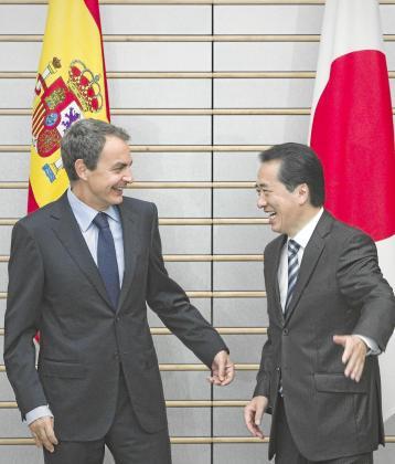 Zapatero bromea antes del posado con el primer ministro de Japón, Naoto Kan, en su visita al país.
