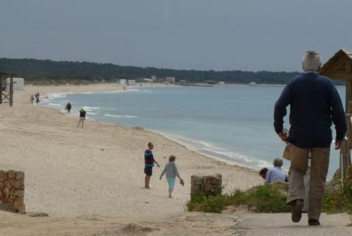 La climatología reinante ayer por la mañana propició una menor presencia de turistas en la playa de es Trenc.