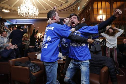 Seguidores del Leicester City celebran que su equipo haya logrado ganar la Premier. Foto: Eddie Keogh