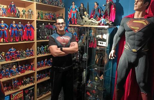 Javier Olivares, autor de 'Lo que quizá no sabías de Superman', en la habitación de su casa dedicada íntegramente a este personaje.