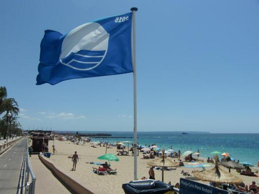 El distintivo es sinónimo «de calidad» en el litoral. En la imagen Can Pere Antoni, en Palma, una de las playas que pierden su bandera azul.