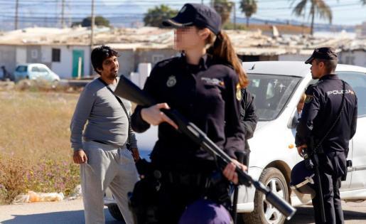 Una agente vigila durante la operación antidroga llevada a cabo por la Policía Nacional en Son Banya.