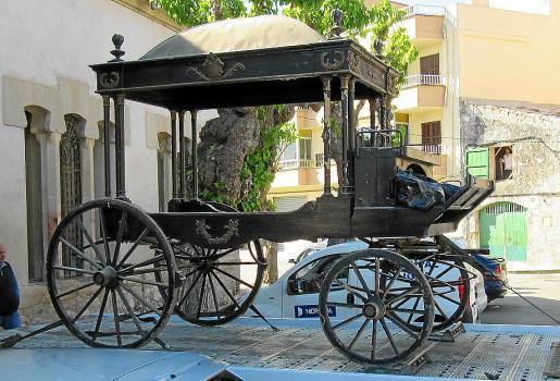 Imagen del carro fúnebre a su llegada a Sineu.