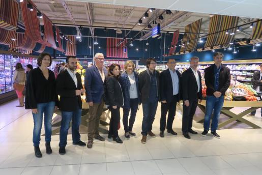 El conseller de Trabajo, Iago Negueruela, el alcalde de Calvià, Alfonso Rodríguez, y el director de Eroski en Balears, Alfredo Herráez, junto a otros representantes municipales y de la empresa durante la presentación.