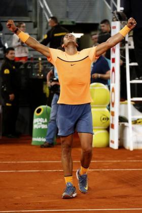 El tenista manacorí Rafa Nadal celebra la victoria tras ganar por 6-0, 4-6 y 6-3 al brasileño Joao Souza en el partido de cuartos de final del Mutua Madrid Open que se disputa en la Caja Mágica.
