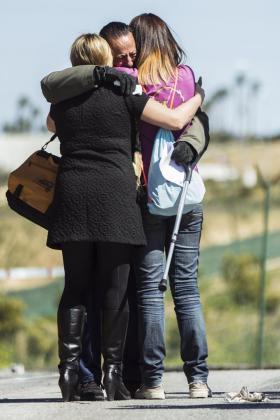 El exalcalde de Marbella Julián Muñoz se abraza a sus hijas a la salida de la prisión provincial de Alhaurín de la Torre (Málaga) durante un permiso.