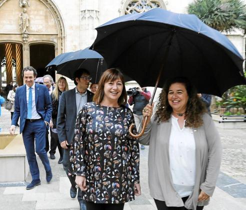 Francina Armengol y Pilar Costa, en primer plano, el día de la toma de posesión de los nuevos consellers.