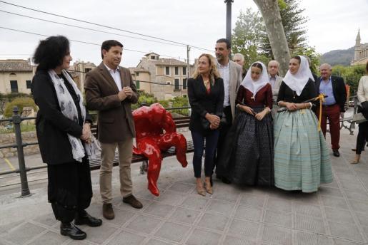 Pilar Ribal, Oscar Mayol, Francesca Martí, Jaume Servera, Naomi Arbona y Francisca Morey, durante la inauguración de la instalación.