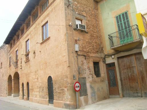 La sede del ayuntamiento de Campos se ubica en una casa antigua del pueblo.