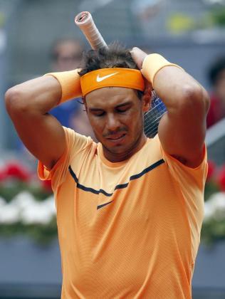 El tenista español Rafa Nadal se lamenta durante el partido de semifinales contra el británico Andy Murray del torneo de tenis de Madrid que se disputa en la Caja Mágica.