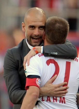 El entrenador del Bayern, Pep Guardiola, abraza al jugador Philipp Lahm tras ganar el partido que les proclama campeones de la Bundesliga.