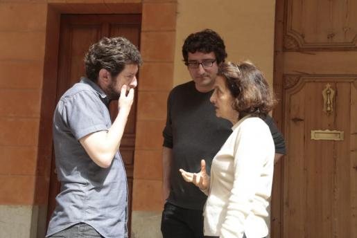 Alberto Jarabo conversa con Fina Santiago, ante la atenta mirada de Antoni Reus.
