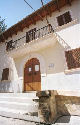 Fachada del ayuntamiento de Puigpunyent, localidad el pueblo de la Tramuntana.