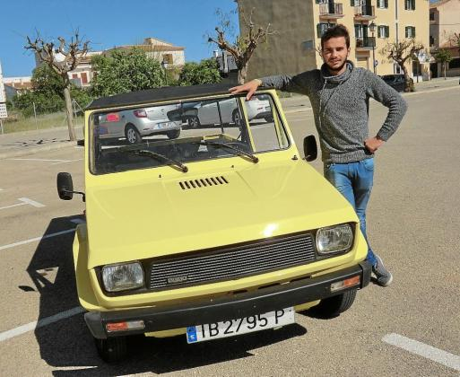 Sebastià Mercadal, hijo de Juan, junto al coche con una estética muy veraniega y que hacia las delicias de los muchos turistas que llegaban de vacaciones a las islas , era un coche muy utilizado por las empresas de alquiler.