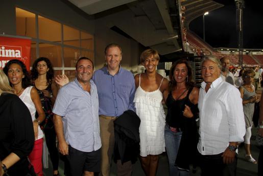 El delegado del Gobierno, Ramon Socías, y su esposa, Lola Zamora, posaron con un grupo de amigos, Jordi Mulet, Reme Florit y Tolo Campins, durante el intermedio del concierto y con sus sonrisas demostraron que la noche musical iba estupendamente.