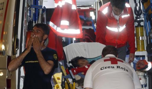 Osman, el niño refugiado afgano de 7 años con parálisis cerebral, en el momento de llegar al hospital La Fe de Valencia junto a su padre.
