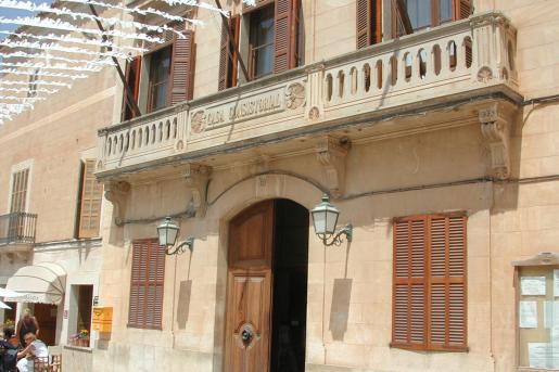 La fachada del ayuntamiento de Santanyí engalanado para las fiestas populares.