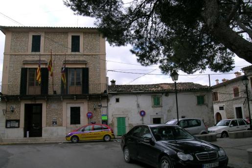 La casa consistorial de Selva se encuentra en el centro de la localidad.