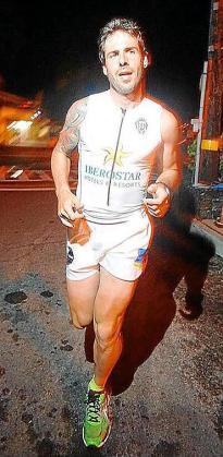 Imagen de Enrique Galindo en el momento de completar el último Ironman en Hawai.