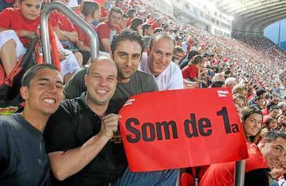 El club lanzó una campaña en 2005 para llenar Son Moix en la úlitima jornada de Liga con el fin de ayudar al equipo a salvar la categoría. En la imagen derecha, el consejo repleto de mallorquines.