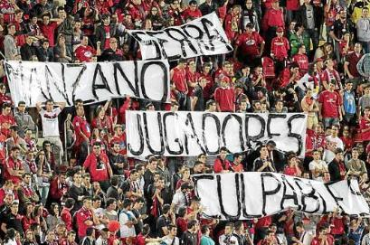Imagen de la afición protestando por el descenso a Segunda División.
