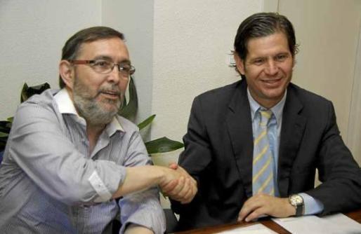 Vicenç Grande y Mateu Alemany se dan la mano en el acto en que el primero vendió las acciones al abogado.