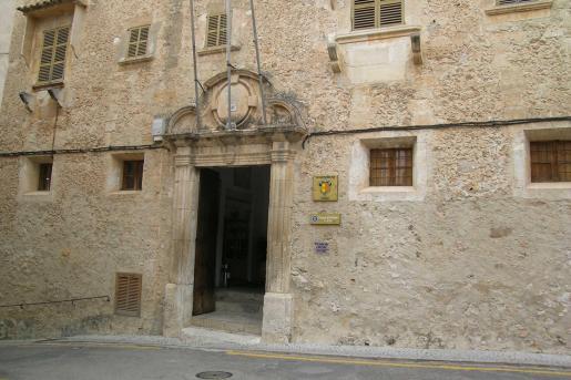 La casa consistorial de Sineu se localiza en las dependencias de un antiguo convento.
