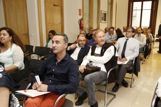 Pere Joan Pons (izquierda), sentado a poca distancia de Ramón Socías, cabeza de lista socialista en las elecciones del pasado diciembre.