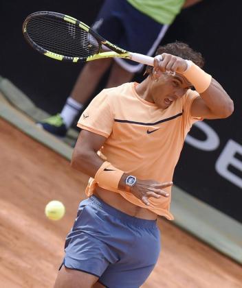 El tenista mallorquín Rafa Nadal devuelve la bola al serbio Novak Djokovic durante el partido de cuartos de final del Masters 1.000 de Roma disputado en el Foro Itálico de Roma este viernes 13 de mayo de 2016.