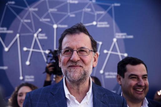 El presidente del Gobierno en funciones, Mariano Rajoy (i), durante un paseo por el centro de Málaga.