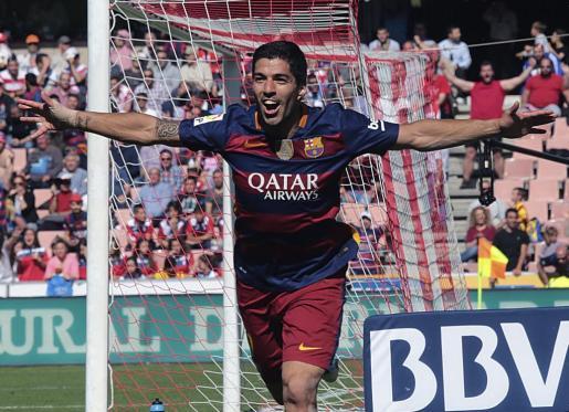 El delantero uruguayo del FC Barcelona Luis Suárez celebra un gol marcado ante el Granada.