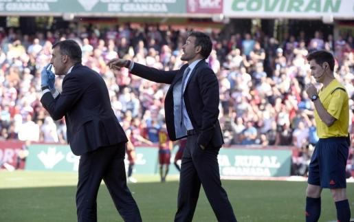 El entrenador del FC Barcelona, Luis Enrique (c), durante el partido frente al Granada.