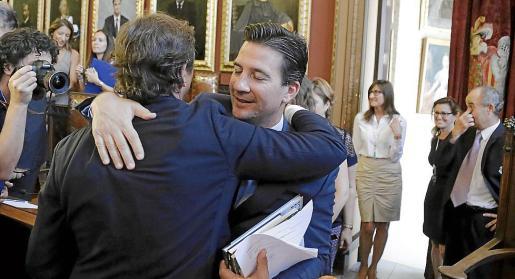 Fernando Gilet se despide de Mateu Isern cuando dejó de ser alcalde en junio de 2015.